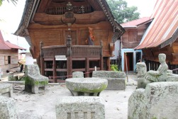 voyage-indonesie-sumatra-toba lake-chaises en pierre du roi siallagan (7)