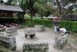 voyage-indonesie-sumatra-toba lake-chaises en pierre du roi siallagan (8)